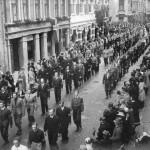 """Sentrum: Foto fra 17. mai feiringen i Sandefjord sentrum 1945. Bildet viser """"Kodalgjengen"""" som marsjerer i byens gater. På utsnittsbildet til høyre er navnene på gutta skrevet inn. Foto er utlånt av Tor Aasrum."""