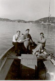 """Sandefjordsfjorden: Fra venstre Oscar Oseberg, Ole Kristian Oseberg (far)og Ole Kristian Oseberg (sønn) på vei ut fjorden i snekka """"Bjørn"""" en herlig sommerdag i 1938. Foto er utlånt av Ragnhild Lindland"""