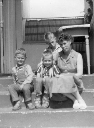 Nybyen: På bestemors trapp i Tiedemannsgate 7 satt i 1962 fra venstre: Roger Davidsen ved siden av sitt søskebarn Dagfinn Jensen, tante Annemor Jensen og bakerst sitter søskenbarnet Ivar Jensen. Foto er utlånt av Dagfinn Jensen.