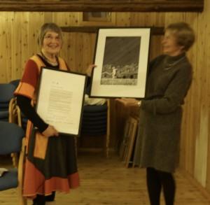 Nyvalgt leder Inger Lise Fevang Jensen overrekker bevis på æresmedlemskap til Gunlaug Riis Aakerholt