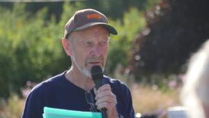 Tor Bjørvik (Hedrum Historielag) ønsket medlemmer av Hedrum-, Tjølling- og Sandar Historielag velkommen til Kjær gård.