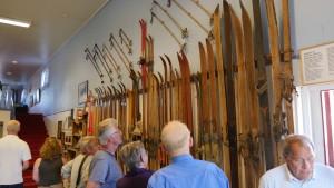 Ole Effefsæter-museet inneholdt også en anselig mengde gamle og nyere ski, - både langrenn- og hoppski.