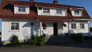 På Kjær gård er det også et praktfullt våningshus.