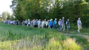 Gårdeier Rolf Meum ledet an i vandringen til Gapahuken og dammen i skogen.